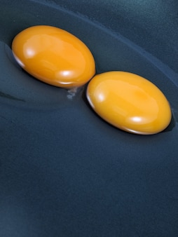 卵は黒い鍋に割れた
