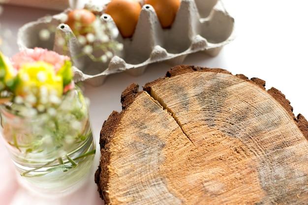 계란, 꽃 및 흰색 배경에 빈 그루터기. 부활절, 봄 개념입니다. 평평한 평지, 평면도