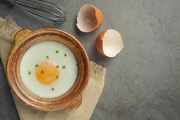 わらのバスケットと料理本の卵食品栄養の概念。