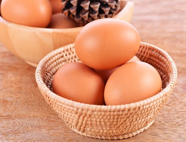 木の床のバスケットの卵