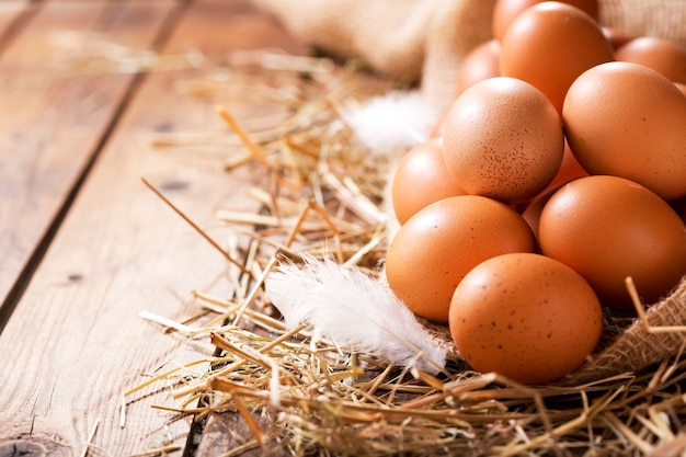나무 테이블에 건초 더미에 계란