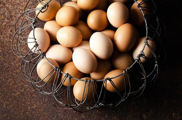 유선 바구니에 담긴 계란