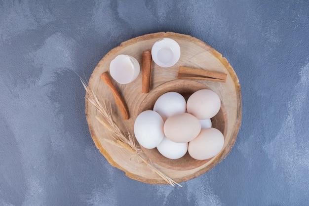 船上の木製カップの卵。
