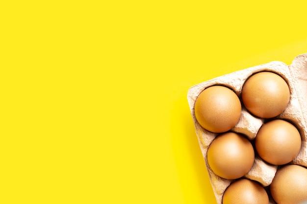 Яйца в картонной упаковке в углу