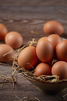 黄麻布の乾いた草でカップの卵。