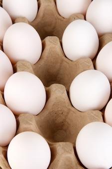 Яйца в лотке для бумаги крупным планом