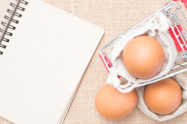 갈색 종이 빈 빨간 카트에 계란