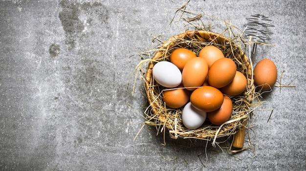 かごの中の卵と干し草