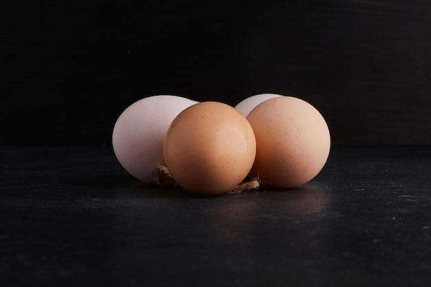 黒いスペースの中央に卵。