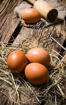 乳棒で干し草の卵。木製のテーブルの上。
