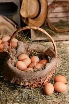 Яйца в плетеной корзине на крупном плане стола