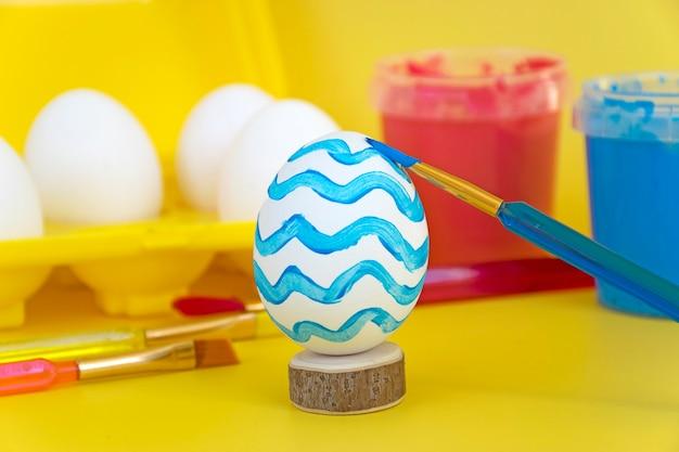 黄色い卵トレイとブラシの卵