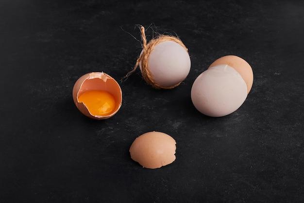 黒い背景に分離された卵。