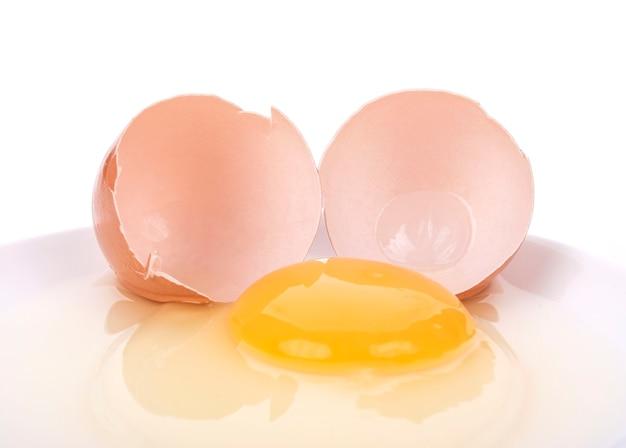 Яйца, изолированные на белом фоне