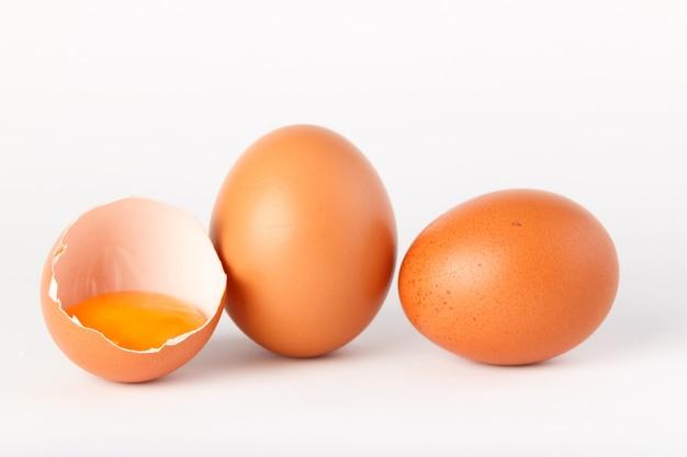 Uova isolate su superficie bianca