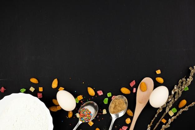 Яйца возле ложки со сладостями