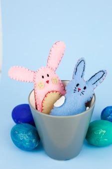 컵에 장난감 토끼 근처 계란
