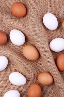 황마 직물에 계란