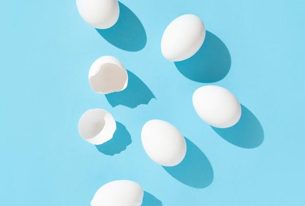 明るい青の背景に卵