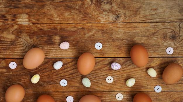 テキスト用のコピースペースがある木製の素朴な表面の卵