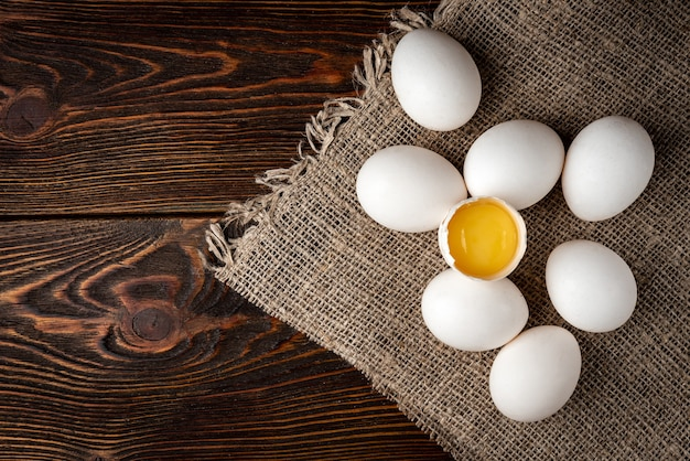 Яйца на темном деревянном фоне.