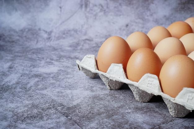 검은 시멘트 바닥에 계란