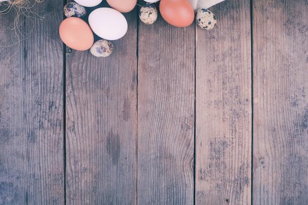 Яйца на деревенском деревянном столе с копией пространства
