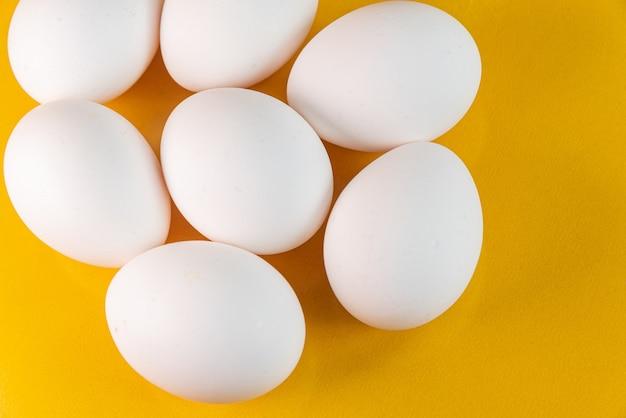 노란색 배경에 계란