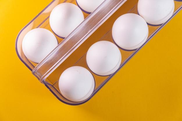 노란색 표면에 계란
