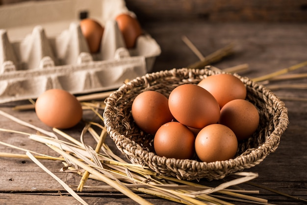 나무 테이블 배경에 계란