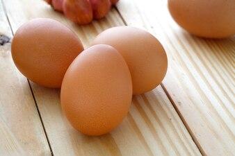 選択の焦点を当てた木製テーブル上の卵