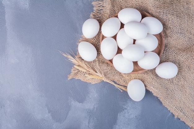 Uova su un pezzo di tela rustica.
