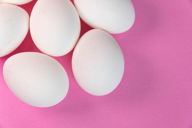 Uova sul tavolo rosa