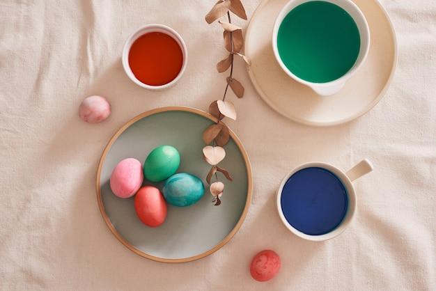 イースターの日の絵の具を準備する卵。
