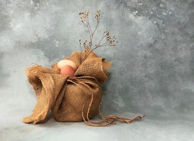 黄麻布の袋、コピースペースのあるヴィンテージの構成の卵