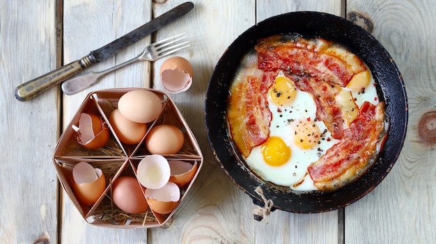 Яйца с салом. правильный завтрак.