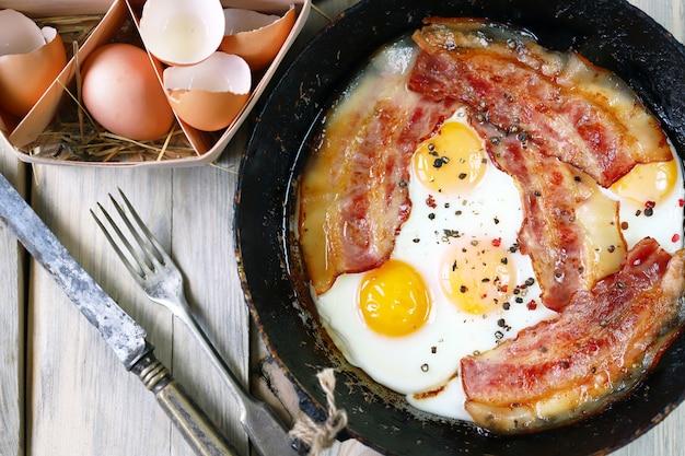 Яйца с салом.