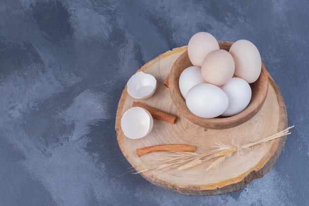 Uova in una tazza di legno a bordo.