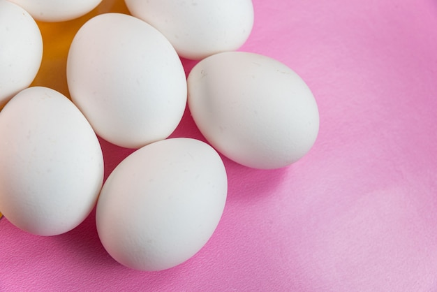 Uova sullo sfondo giallo e rosa