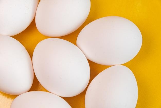 Uova sulla superficie gialla