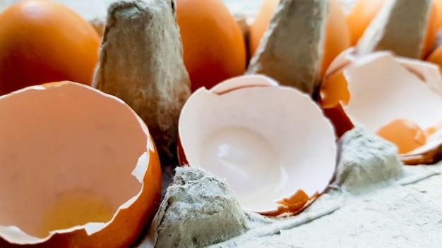 내 부엌 클로즈업에서 쟁반에 달걀 껍질