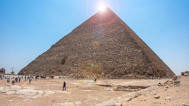 이집트, 카이로 - 2021년 4월 13일: 기자의 대 피라미드, 유네스코 세계 문화 유산, 이집트