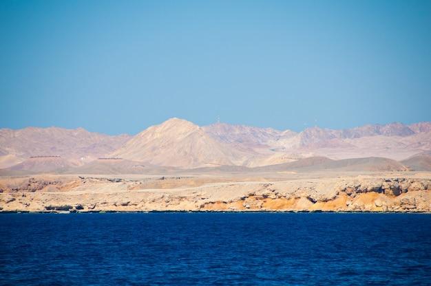 이집트. 황량한 모래 해변에서 바다에서 볼. 사막 풍경, 구릉 지형