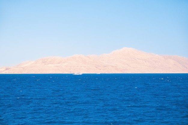 이집트. 황량한 모래 해변에서 바다에서 볼. 티란 섬