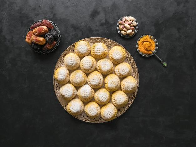 暗いテーブルにエジプトのクッキーカークエルイード