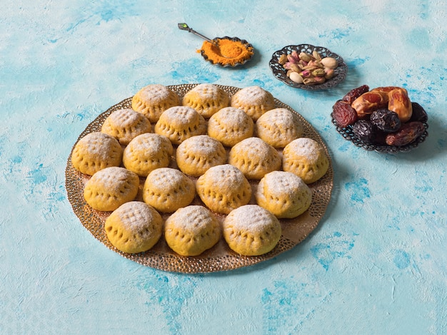 エジプトのクッキー「kahk el eid」、調理時にウコンを加えたバリエーション。 el fitr islamic feastのクッキー。ラマダンのお菓子