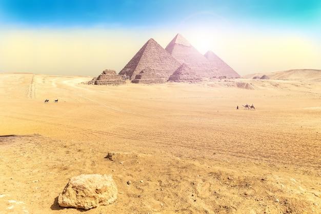 ギザの大ピラミッドのあるエジプトの砂漠の風景。