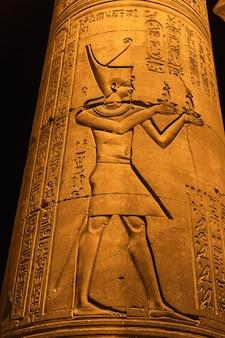 コムオンボ神殿でのエジプトの素描と象形文字。 aswer近くのkomomboの町で