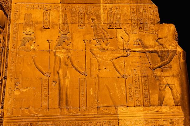 Египетские рисунки и иероглифы в храме ком омбо. в городке ком омбо недалеко от асвера