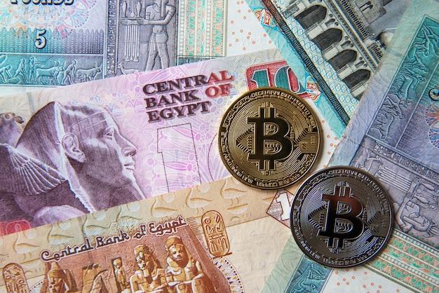 エジプトポンド紙幣と暗号通貨コイン。暗号通貨投資の概念。暗号通貨のマイニングまたは取引